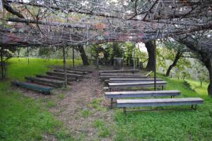 panche e piccolo altare