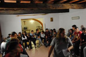 giovani dentro casa